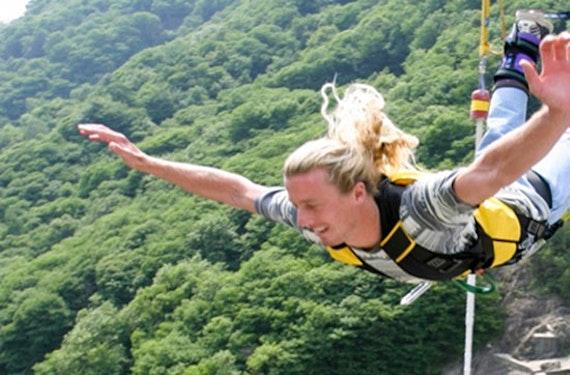Bungee Jumping vom 220 Meter-Staudamm