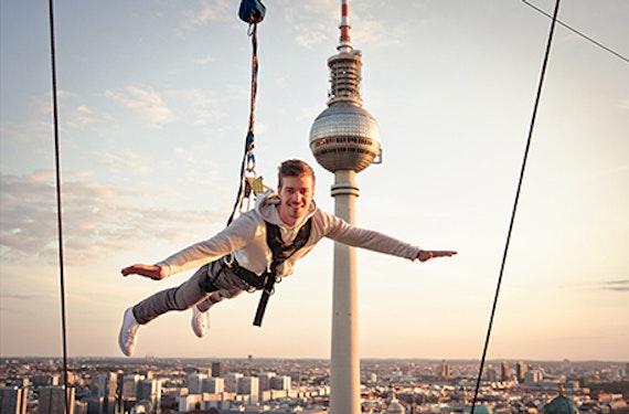 Base Flying mit Übernachtung in Berlin für 2