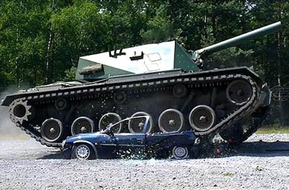 Car Crashing mit dem Panzer in Fürstenau