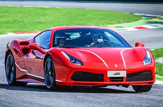 Ferrari 488 GTB fahren auf der Rennstrecke