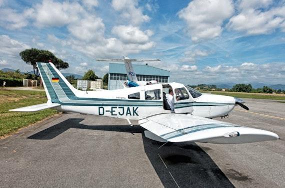 Co-Pilot bei Instrumentenanflug auf internationalen Flughafen im Raum Düsseldorf