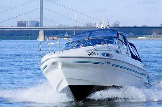 Sportboot fahren auf dem Rhein