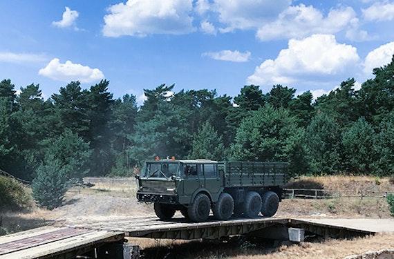 Tatra 813 Offroad-Truck fahren bei Magdeburg